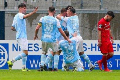 Zwei Gefühlswelten: Während Zwickaus Can Coskun den Kopf hängen lässt, feiern die Spieler des Chemnitzer FC den Treffer zum 3:2. Sie haben mit dem Sieg gegen den Drittligisten den Einzug ins Finale des Sachsenpokals am 29. Mai geschafft. Gegner ist Dynamo Dresden oder Lok Leipzig.
