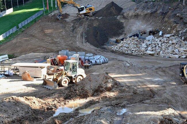 Die Baustelle der Vogtlandschanzen in Mühlleithen: Noch laufen Planierarbeiten für den künftigen Aufsprunghang.