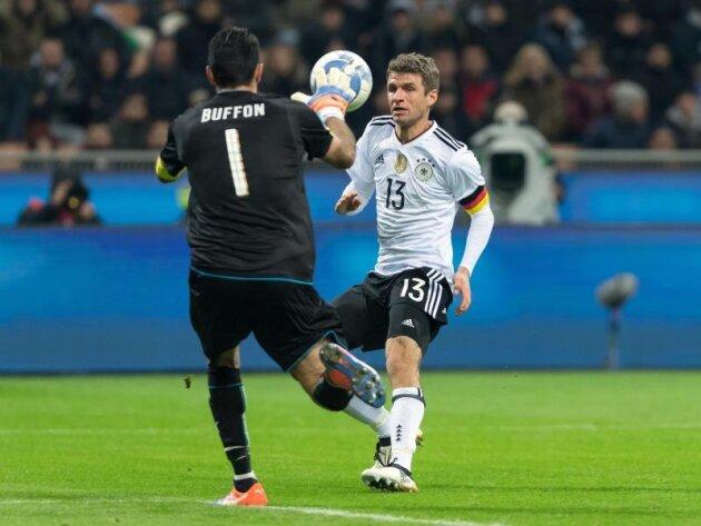 Italiens Keeper Gianluigi Buffon kommt vor Thomas Müller an den Ball.