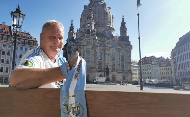 """Mutiger Fan: Steffen Bahr ließ sich im CFC-Dress und mit Fanschal vor der Frauenkirche in Dresden fotografieren - mitten im """"Dynamoland"""" also. Seit zehn Jahren wohnt er in der Landeshauptstadt, seinem Verein ist er aber treu geblieben. Regelmäßig besucht er Heimspiele des Chemnitzer FC."""