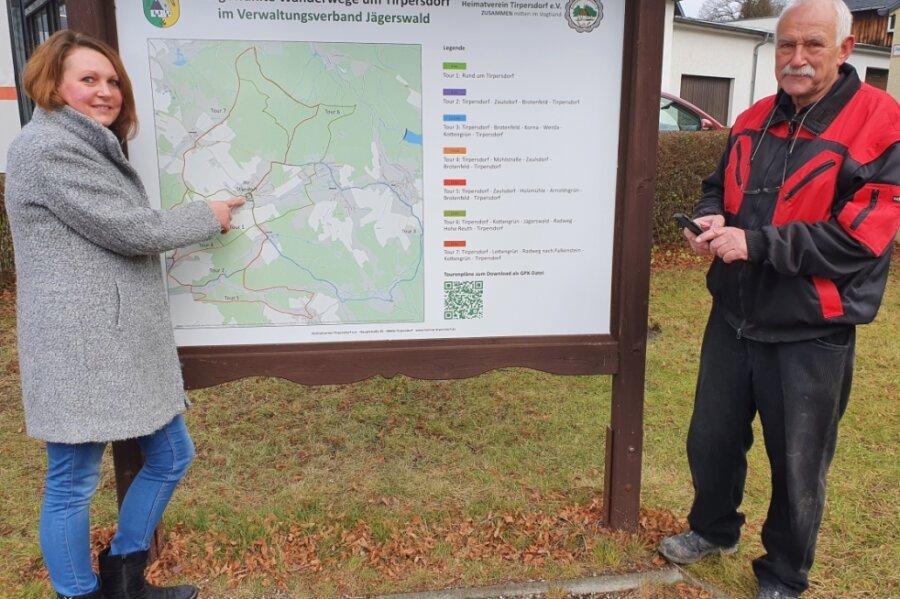 Anett Hoffmann und Volker Six, zwei Hauptakteure des Heimatvereins Tirpersdorf, an der neuen Übersichtstafel für die sieben örtlichen Wandertouren. Sie steht an der Hauptstraße nahe der Kirche und Ortspyramide.