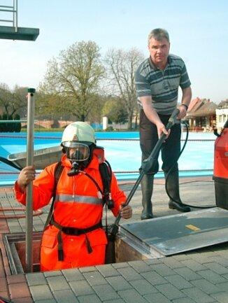 Ein Bild von 2005: Mit der Rochlitzer Wehr reinigt Quegwer den Schwallwasserbehälter.