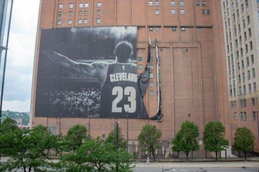 Das James-Banner in Cleveland wird abgehängt