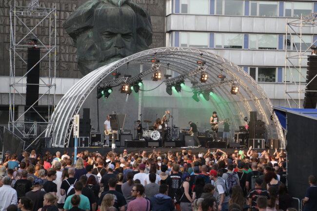 Etwa 700 Fans waren beim Konzert vor dem Karl-Marx Kopf.