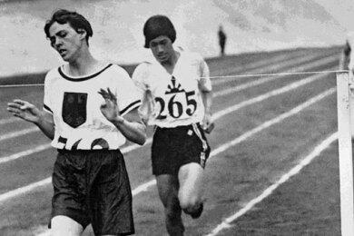 1928 in Amsterdam: Die deutsche Sportlerin Lina Radke gewinnt das 800-Meter-Rennen der Frauen bei den Olympischen Spielen. Erst wenige Jahre zuvor, 1921, waren bei den Ersten Olympischen Frauenspielen auch erstmals Frauen in der Leichtathletik angetreten.