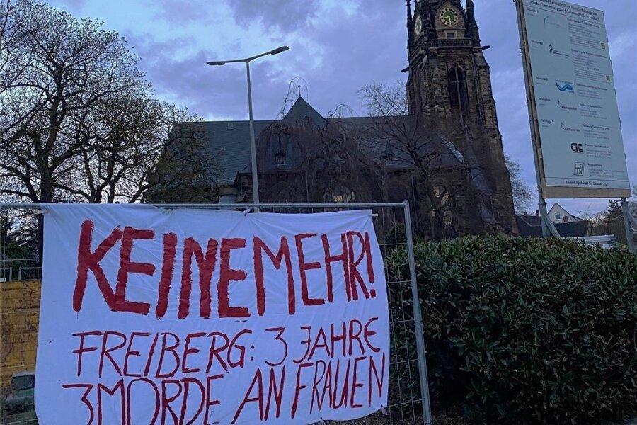 Auch in der Nähe der Jakobikirche hing es der Banner, die illegal in der Innenstadt aufgehängt worden sind.