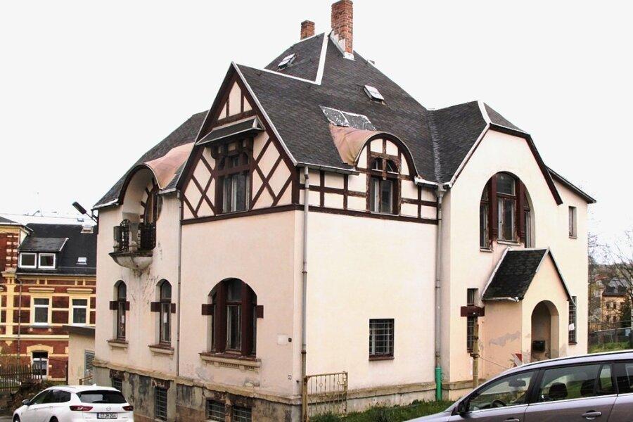 Das Gebäude, in dem der Jugendklub Lengenfeld untergebracht ist, beherbergte auch schon eine Poliklinik und die Stadtbücherei. Jetzt muss es dringend saniert werden. Foto: Silvia Kölbel