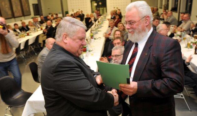Damit hatte zum Flöhaer Lichtmess-Empfang keiner gerechnet: Falkenaus Bürgermeister Martin Müller (r.) übergab seinem Flöhaer Amtsbruder Friedrich Schlosser die Vereinbarung zur freiwilligen Eingemeindung.