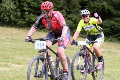 Beim 17. Kamm-Bike-Cross in Johanngeorgenstadt stellten sich auch Christian Herrmann und Tina Walther, die beide für die Bike-Profis Zwickau starten, den Herausforderungen auf der 15 Kilometer langen Runde.
