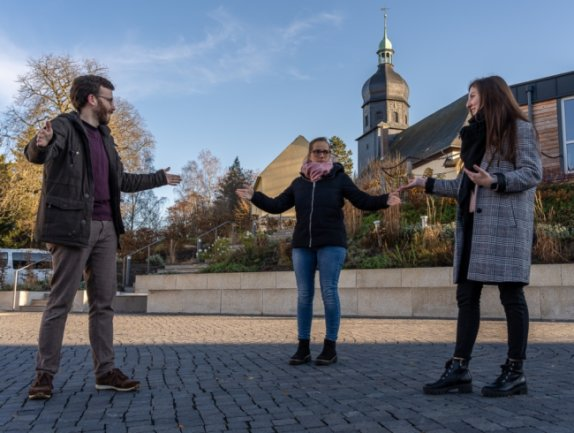 Der Postplatz soll dem Rowi Hutzn-Point als Hauptstandort dienen: Matthias Ditscherlein (32), Julia Bretschneider (32) und Lena Petermann (21) überlegen schon mal, wo genau.