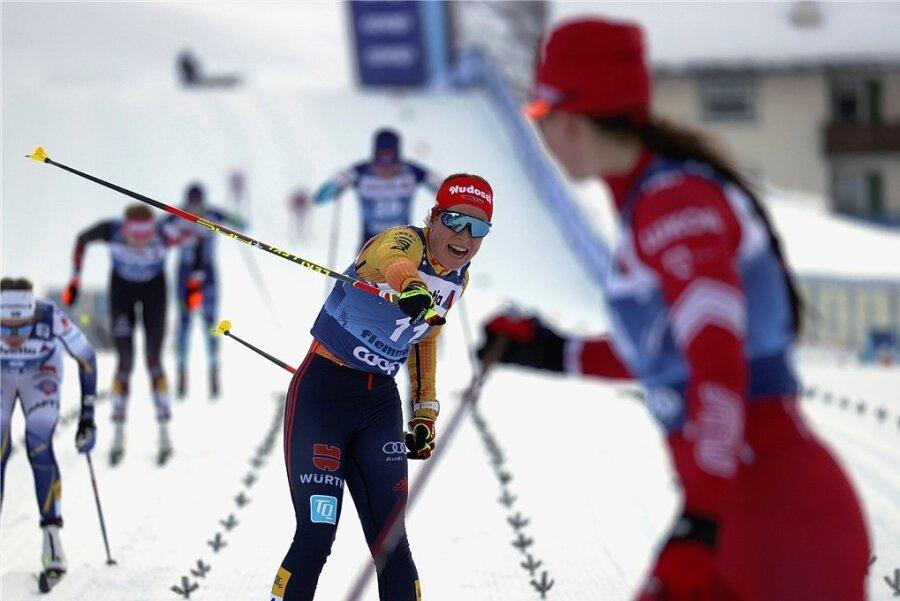 """Katharina Hennig (Mitte) überquert mit einem befreienden """"Ja"""" die Ziellinie. Rang zwei war das beste Weltcupresultat ihrer Karriere."""