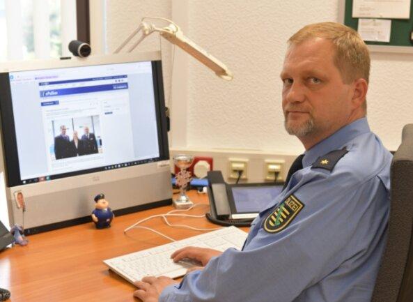 Polizeirat Andreas Felgner an seiner Dienststelle in Brand-Erbisdorf. Als Leiter des Polizeireviers Freiberg rechnet er damit, seinen Arbeitsplatz nicht vor 2022 in der Kreisstadt zu haben; das Gebäude wird saniert.