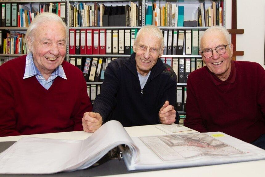 Ihr Interesse am Geschehen rund um das Weisbachsche Haus, das ab 2023 als modernes Spitzen- und Textilzentrum einladen soll, ist unbändig: Hans, Claus und Bernhard (von links) mit Bauplänen. Die Brüder beobachten, was vor sich geht in der Elsteraue.