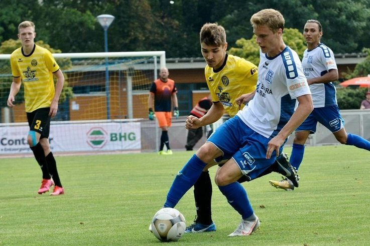 Die Auerbacher (gelbe Trikots) verloren ihr Auftaktspiel in der Regionalliga Nordost am Samstag beim Bischofswerdaer FV mit 0:2.
