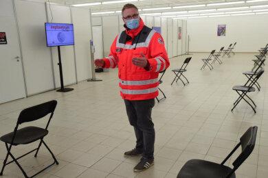Das Impfzentrum in Altchemnitz soll nächste Woche in Betrieb gehen. DRK-Mitarbeiter Robert Schieck steht in einem der Wartebereiche.