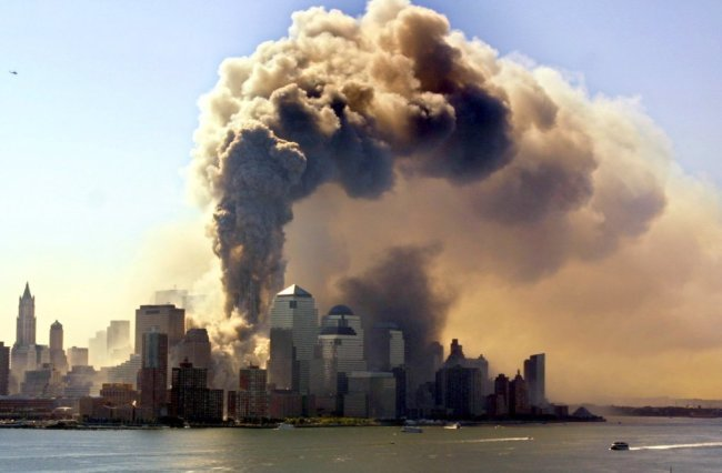 Ein Turm des World Trade Centers in New York stürzt am 11.09.2001 in sich zusammen, nachdem er von einer Passagiermaschine getroffen worden ist.