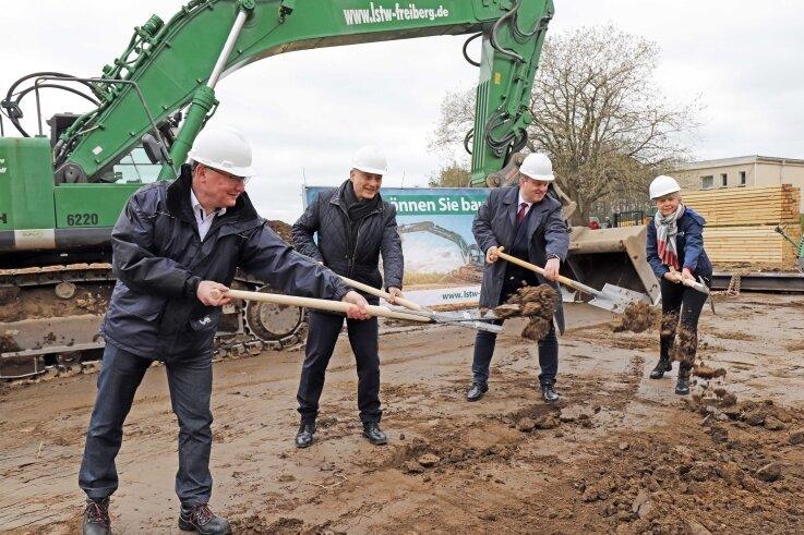 Gemeinsam ans Werk: Roger Lucchesi, Heinz Gräfe, Martin Antonow und Ute Gernke, Geschäftsführerin der Südsachsen Wasser GmbH (v.l.), beim ersten Spatenstich für die Filterhalle des Wasserwerks Freiberg.