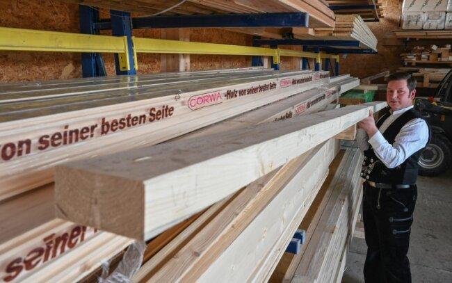 Zimmerermeister und Innungsobermeister Steffen Beckmann im Holzlager seiner Firma. Wie er sagt, müssen sich Firmen des Bau- und Ausbaugewerbes derzeit bei der Materialbeschaffung mit Wartezeiten bis zu mehreren Monaten herumschlagen.