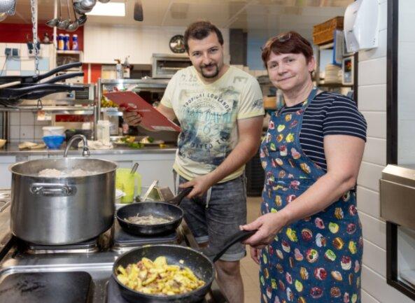 """""""Fichtenhäusel""""-Chef Benny Langer ist froh, dass Köchin Carmen Weisflog und die anderen Mitglieder des Teams auch nach der Corona-Pause dem Haus in Kühberg die Treue halten."""