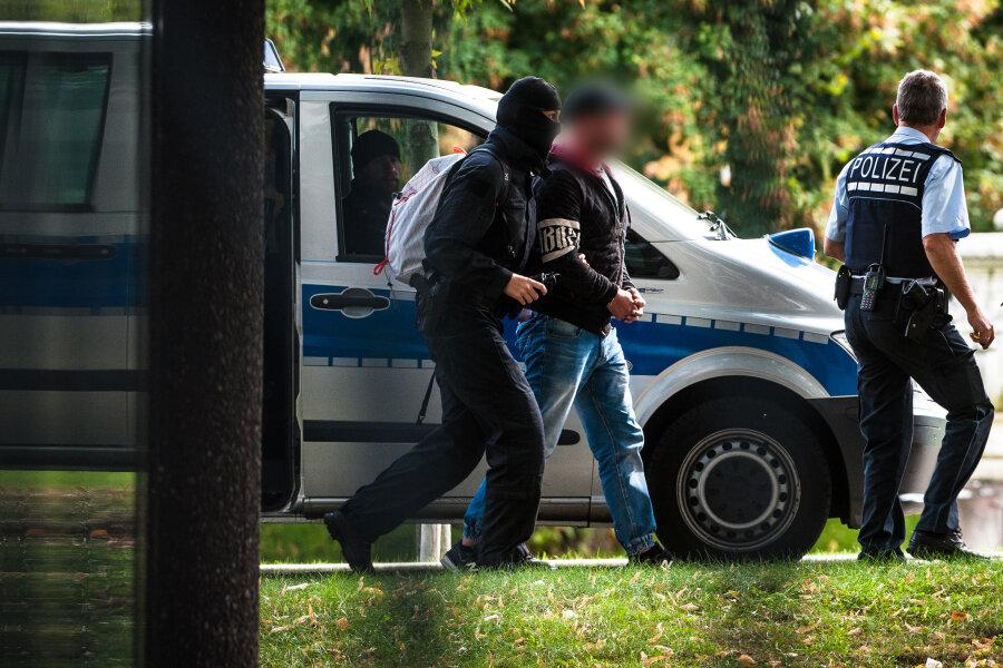"""Einer der mutmaßlichen Rechtsterroristen, die in Bayern und Sachsen festgenommen wurden, erreicht den Bundesgerichtshof. Die Gruppe """"Revolution Chemnitz"""" strebte nach aktuellen Erkenntnissen den Sturz der Bundesregierung und die Beseitigung des Rechtsstaats an."""