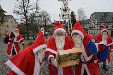 """Die Burkhardtsdorfer Weihnachtsmänner Wolfgang Barnheide, Frank Drechsel und Frank Nobis (vorn v. l.) freuten sich über die süße Überraschung. Die """"Freie Presse""""-Aktion unterstützt in diesem Jahr Bäckermeister Heiko Schmidt aus Gornsdorf."""