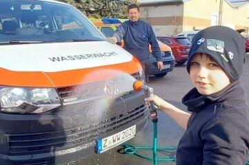 Arthur Niederwerfer mit seinem Vater Frank beim Reinigen.
