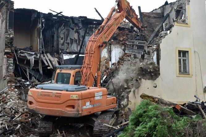 Weil die Feuerwehr wegen Einsturzgefahr nicht an alle Glutnester herankam, wurde am Wochenende das als Alte Schmiede bekannte Haus in Auerswalde abgerissen, in dem es vorigen Mittwoch gebrannt hatte.