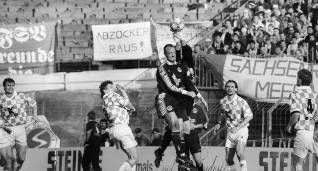 FSV-Torhüter Oleg Karavaev faustet vor Frankfurts Marco Rossi.