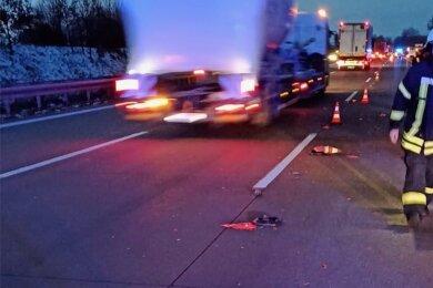 Ein Lkw hat die Absperrung auf der Autobahn durchbrochen und damit Feuerwehrleute in Gefahr gebracht.