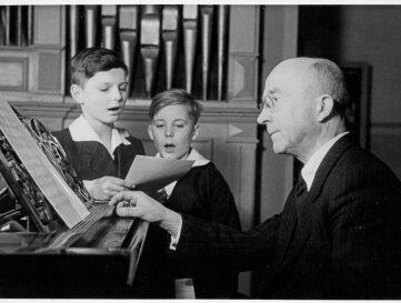 Rudolf Mauersberger 1945 bei der Probe mit zwei jungen Kruzianern.