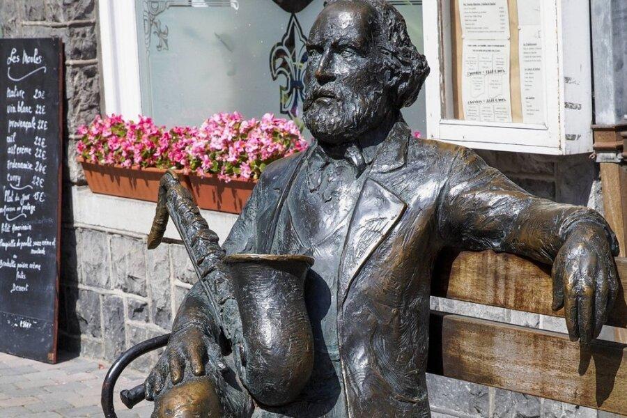Das Denkmal im belgischen Dinant zeigt Adolphe Sax, der das Saxofon entwickelt hat.