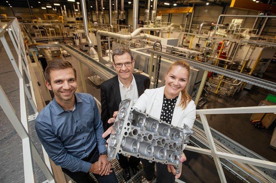Gesellschafterin Gina Weber, Geschäftsführer Roger Breu und Betriebsleiter Sören Schreiter (von rechts) in Halle 5 des Standorts an der Schenkendorfstraße: Auf der Fertigungslinie lässt die Weber Holding künftig Zylinderkopfhauben für kleine VW-Motoren produzieren.