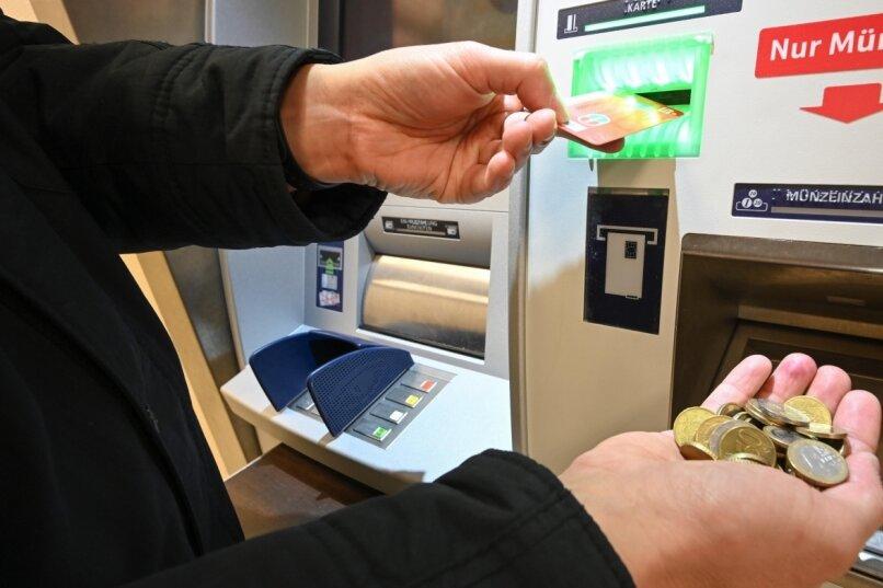 Wer Erspartes loswerden will, kann dazu Automaten nutzen. Bei der Sparkasse Chemnitz sind vielfach Kombigeräte im Einsatz, an denen sowohl Scheine als auch Hartgeld eingezahlt werden können.