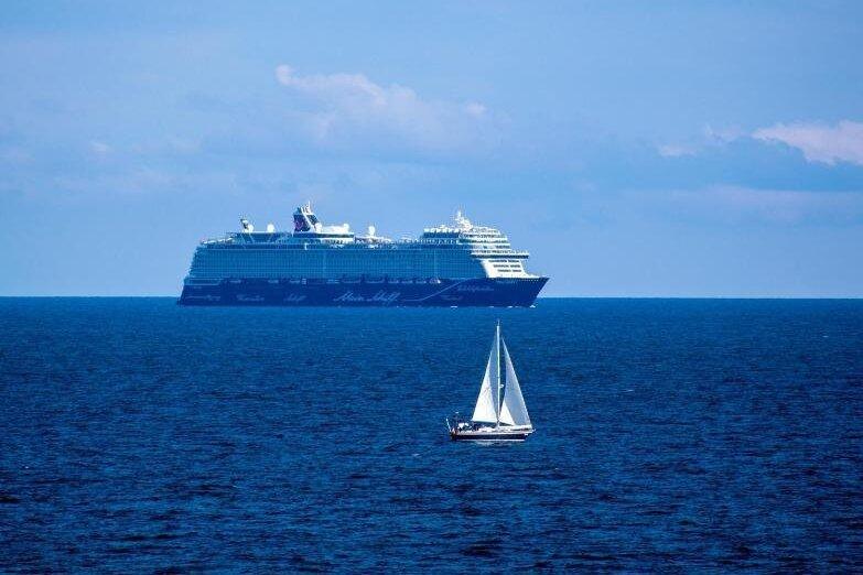 Warum die Ansteckungsgefahr auf einem Schiff gering ist und trotz strenger Regeln Urlaubsgefühl an Bord aufkommt, erklärt Kreuzfahrt-Experte Franz Neumeier.