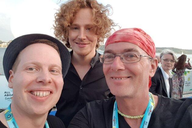 """Pierre Franz und Oli Müller haben Michael Schulte bei der Eröffnungszeremonie am """"Blauen Teppich"""" in Lissabon getroffen."""