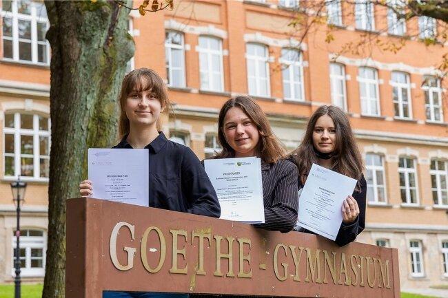 So sehen Siegerinnen aus: Maja Klinder (15) und Silvana Flechsing (15), beide Klassenstufe zehn, sowie die Neuntklässlerin Lina Müller (14) haben den Bundeswettbewerb der Fremdsprachen 2021 in der Kategorie Team Schule auf Landesebene gewonnen.
