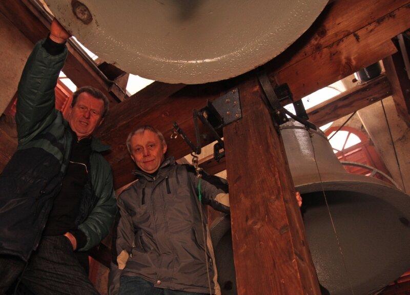 Heiner Schaarschmidt (li.) und Kantor Johannes Stuhlemmer gehören dem Mauersberger Glockenausschuss an. Das Geläut der Kirche soll auf Grund von Korrosionsschäden erneuert werden.