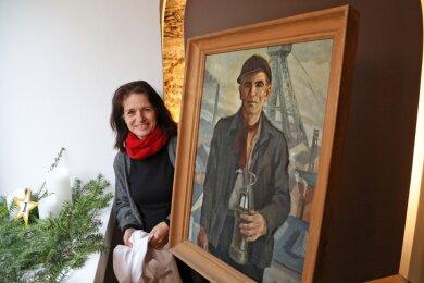 """1. Dezember: Der """"Bergmann"""" von Georg Schindler blickt durch das große Fenster der Kleinen Galerie. Am heutigen 2. Dezember wird Galerieleiterin Silke Hirsch schon ein anderes Kunstwerk enthüllen."""