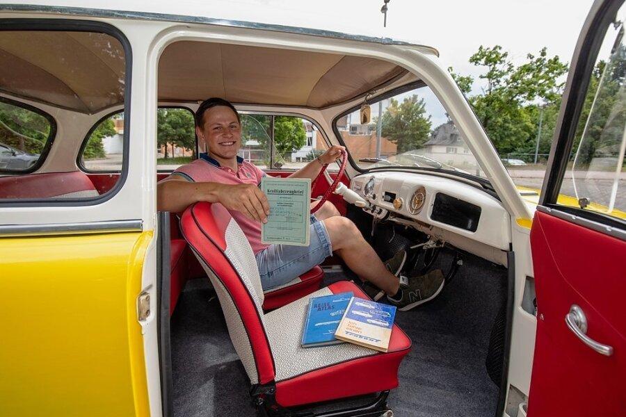 Maximilian Janetzki in seinem Trabant P50 von 1959. Der Innenraum ist im Vergleich zu heutigen Autos eher spartanisch ausgestattet. Ein Radio gibt es nicht.