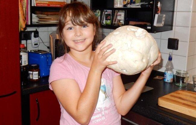 Lisa Scheu (9) hat den Riesenbovist an der Erzbahn gefunden.
