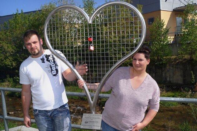 Doreen und Kevin Hentschel waren die ersten Verliebten, die ihr Liebesschloss am Herz an der Kirchberger Sonnenbrücke angebracht haben.