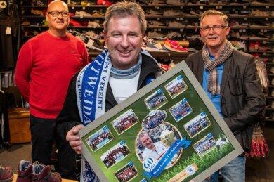 Überraschung am Abend: Germania-Präsident Harald Kaehs (r.) und Stellvertreter Jens Wenzel (l.) schenkten Uwe Schneider zum 60. Geburtstag unter anderem eine Fotocollage seiner bisherigen Zeit in Mittweida.