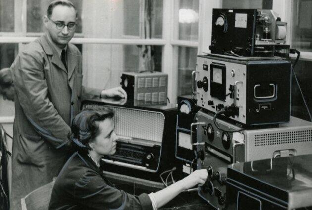 Eine historische Aufnahme aus der Rundfunkgeräte-Produktion bei Stern-Radio Rochlitz. Das Gerät aus dem Jahre 1956 könnte theoretisch heute noch Rundfunk empfangen.