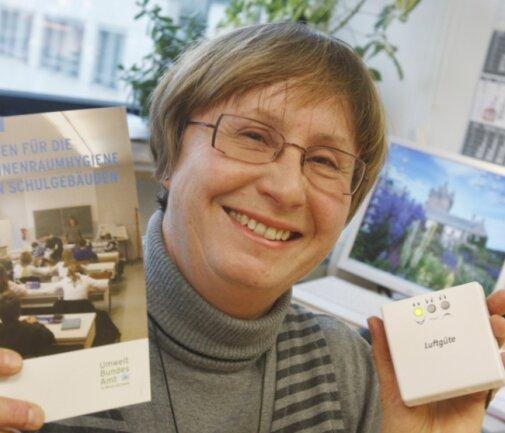 """<p class=""""artikelinhalt"""">Anke Protze, stellvertretende Leiterin des Gesundheitsamtes, zeigt eine Luftgüteampel zur Messung des Kohlendioxydgehaltes. </p>"""