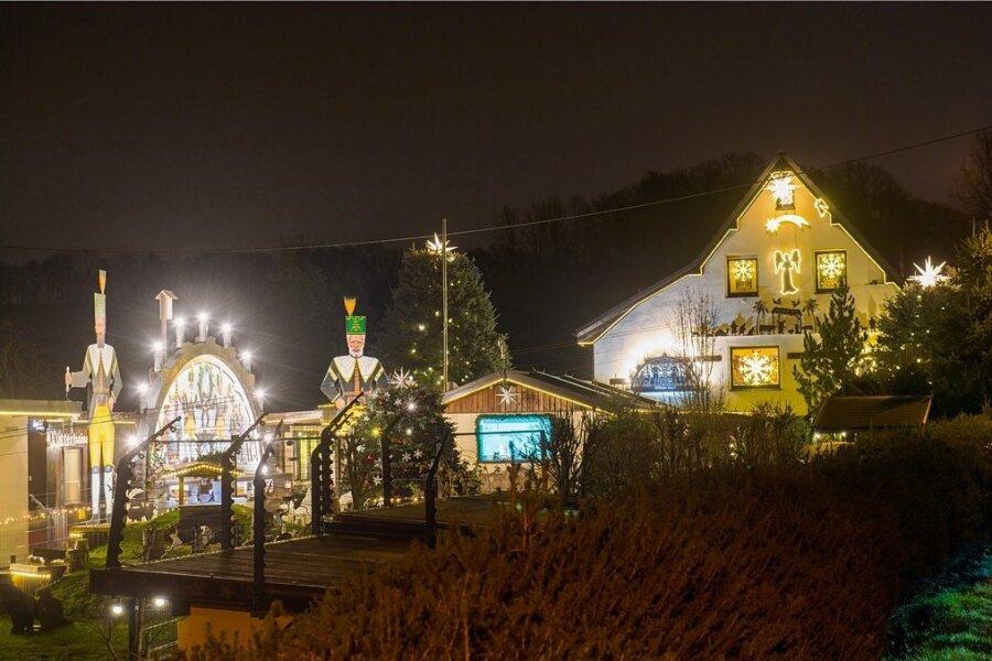 """Ein echter Hingucker ist das beleuchtete Weihnachtshaus von Familie Voigt in Niederwürschnitz. Seit 15 Jahren schon schmückt und illuminiert Christian Voigt das Haus. In all den Jahren hat sich der erste Advent zu einem veritablen Volksfest entwickelt - eigentlich. """"Dieser Advent ist anders"""", sagt er. Die Lichter wurden ohne großes Fest eingeschaltet, doch viele Leute kamen schon vorbei, warfen einen Blick auf das stimmungsvolle Ensemble. """"Natürlich mit Abstand und Maske"""", betonte Christian Voigt. Gut 15.000 Lichter und Lämpchen hat er verbaut."""
