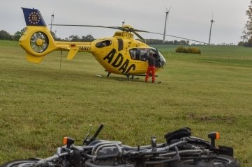 Ein Rettungshubschrauber brachte den Motorradfahrer ins Krankenhaus.