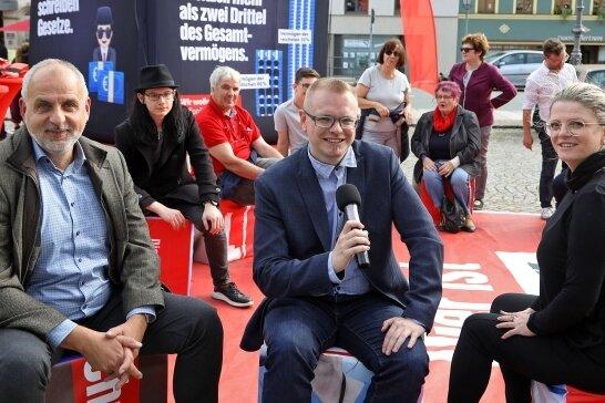 Straßenwahlkampf: Linke-Bundestagskandidat Sebastian Bernhardt (Mitte) mit Susanne Schaper, Linke-Landesvorsitzende und Landtagsmitglied Rico Gebhardt (links) in Hohenstein-Ernstthal.
