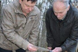 Heimatforscher Matthias Gluba (links) und Zeitzeuge Günter Richter im so genannten Muna-Wald bei Ottendorf an einem Lüftungsschacht, der wahrscheinlich zu einem früheren Munitionsbunker gehört.