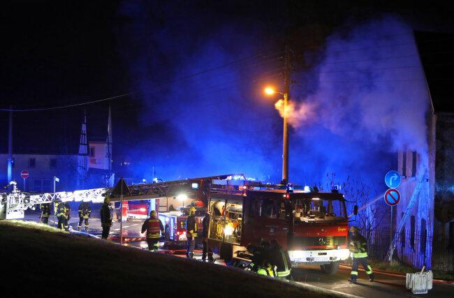 Nach einem Wohnhausbrand in Glauchau hat die Polizei zwei Tatverdächtige festgenommen.
