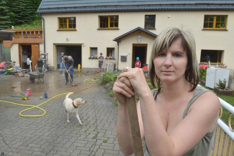 Stefanie Weichelt half ihren Eltern Ute und Jürgen Weichelt in Kleinbobritzsch nach der Sturzflut am 9. Juni. Das elterliche Grundstück einschließlich Wohnhaus stand in elf Jahren dreimal unter Wasser.